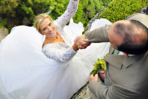 美摄影师为新婚夫妻在悬崖边拍婚纱照