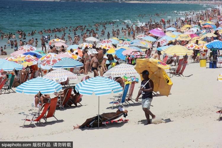 里约迎来近40度高温 海边沙滩人满为患图片