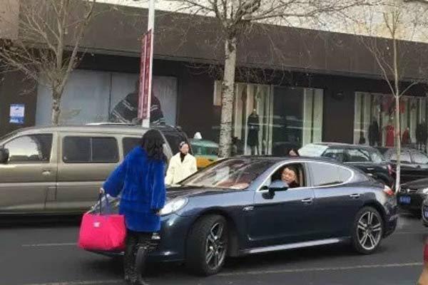 中国 老公 宁波/女子为让老公买40万紫貂大衣趴豪车上致交通瘫痪