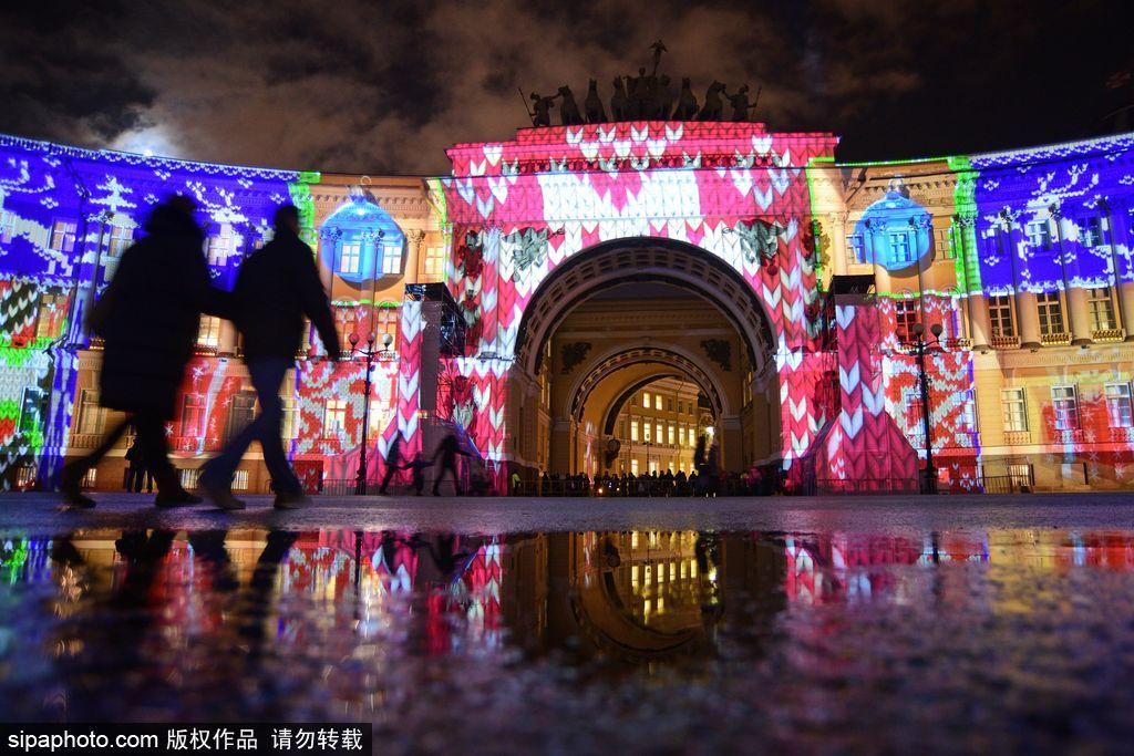 俄罗斯圣彼得堡亮起圣诞灯饰 色彩变化似童话世界