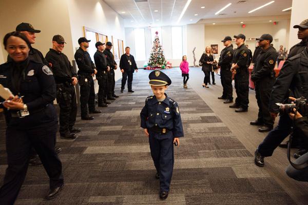 酷!美国7岁小正太就任1天警察局局长