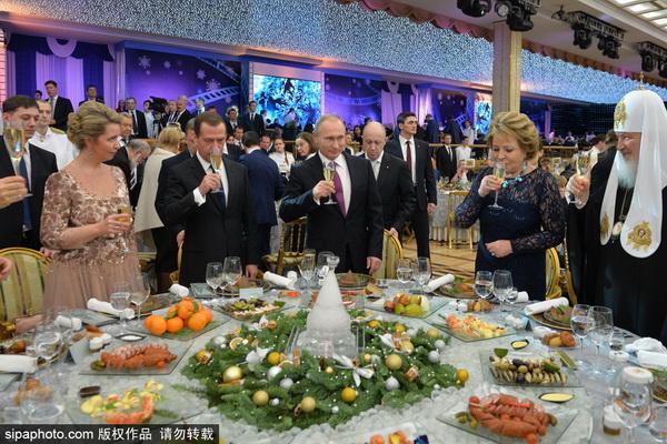 普京出席迎新年晚宴并致辞 梅德韦杰夫夫妇到场