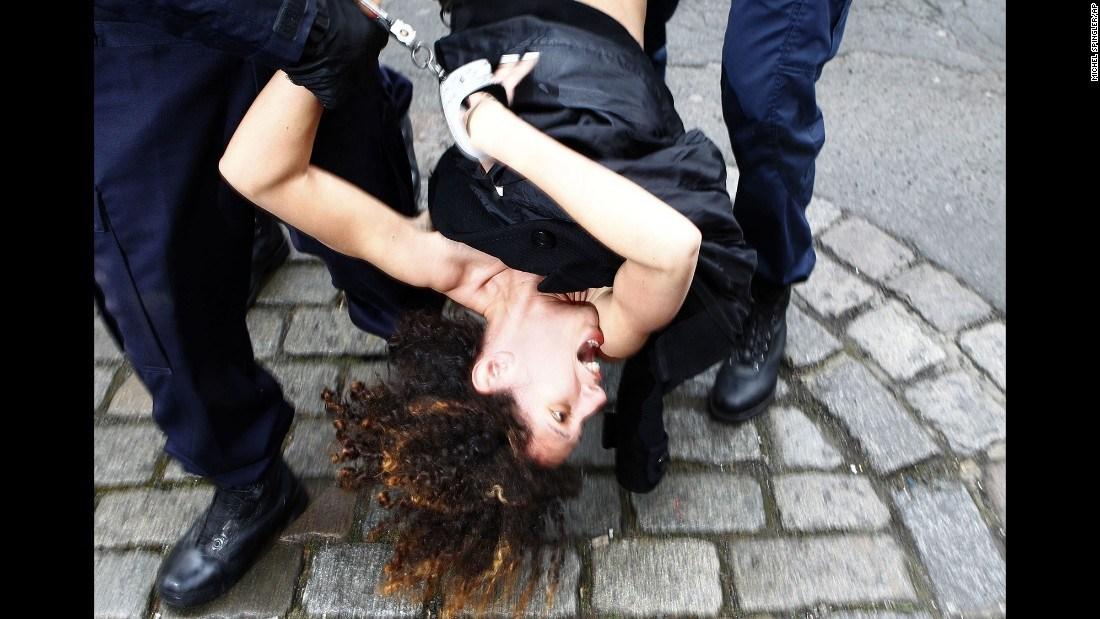 全球年度图片精选!枪口下的生死别 - 中文国际 - 中国日报网
