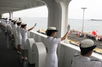 中国海军女兵挥手与外军告别