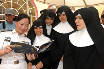 女兵向秘鲁修女介绍中国海军