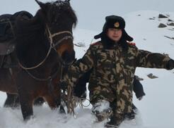 武警新疆边防总队官兵顶风冒雪巡边踏查迎新年