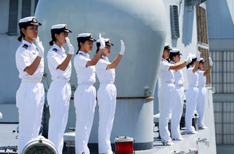 中华神盾舰抵澳女兵挥手致意