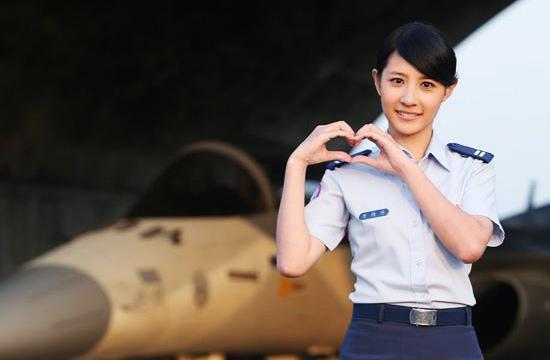 台军2016月历女兵主角笑容甜美
