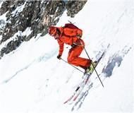 """瑞士滑雪者沿阿尔卑斯""""杀人坡""""垂直滑行600米"""
