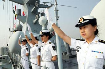 054A舰抵达巴基斯坦女兵问好
