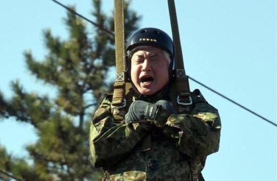 日本防卫大臣参加跳伞闭眼大喊