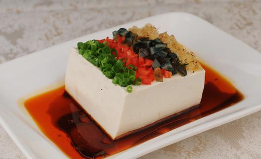 """1.豆腐老人们普遍爱吃豆腐。他们说:""""鱼生火,肉生痰,白菜豆腐保平安。""""《随息居饮食谱谓:""""处处能造,贫富攸易,询素食中广大教主也,亦可入荤馔,冬月冻透者味尤美。""""豆腐主要成分是蛋白质和异黄酮。豆腐具有益气、补虚、降低血铅浓度,保护肝脏,促使机体代谢的功效,常吃豆腐有利于健康美和智力发育。老人常吃豆腐对于血管硬化、骨质疏松等症有良好的食疗作用。"""