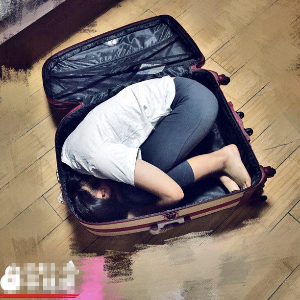 一字马美少女健身瘦20斤 能把自己装行李箱