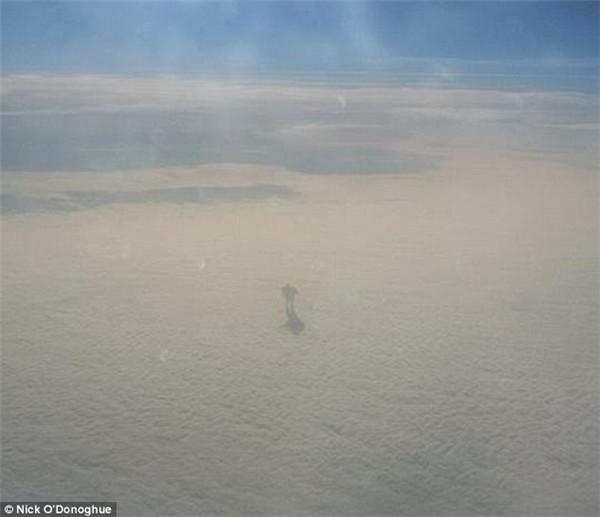 爱尔兰乘客捕捉到神秘人影似钢铁巨人行走在云端