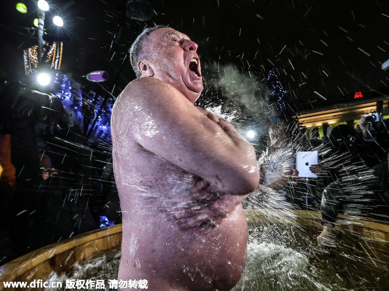 俄罗斯莫斯科,俄罗斯东正教信徒冰水洗浴,重现耶稣洗礼场景,迎接图片
