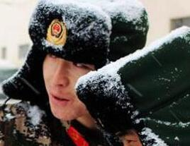 新疆武警反恐练擒摔 躺雪地枪架腿瞄准(图)