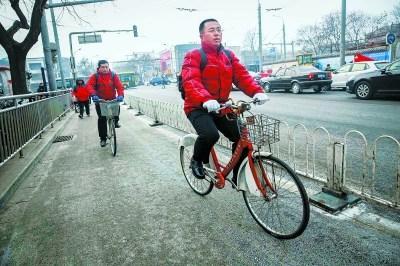人大代表4年骑车上两会2回出岔子:公租车问题多