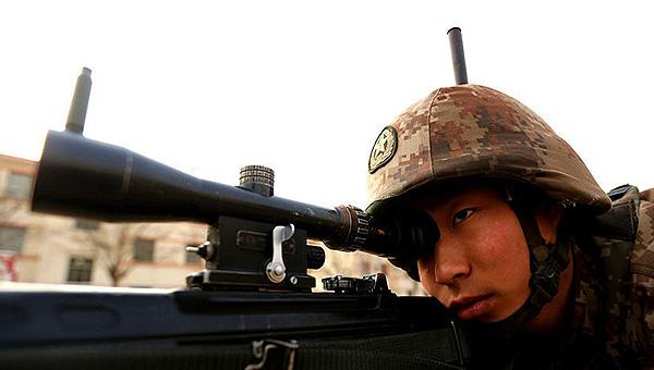 狙击手练射击头上枪上垒弹壳