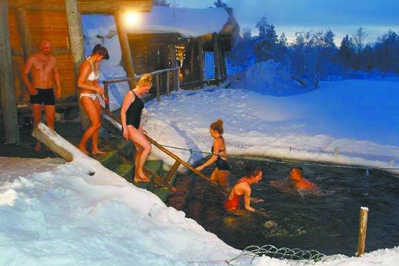 芬兰人蒸完桑拿跳冰湖(图)