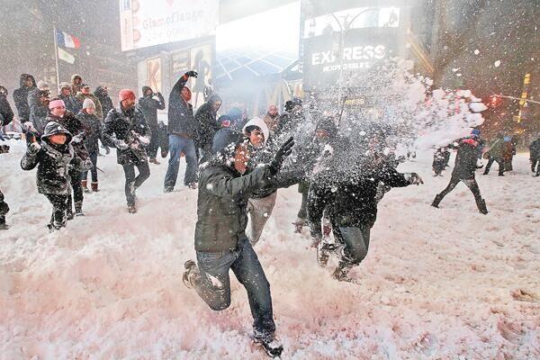 """罕见暴风雪来袭 纽约时代广场上演""""百人雪战"""""""