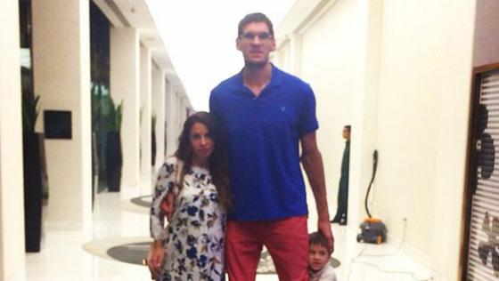 马刺巨人娇妻只到腰!篮球巨人秀最萌身高差