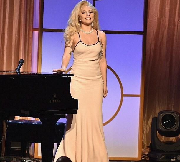 Gaga穿吊带裙温柔婉约 画风变美显女人味