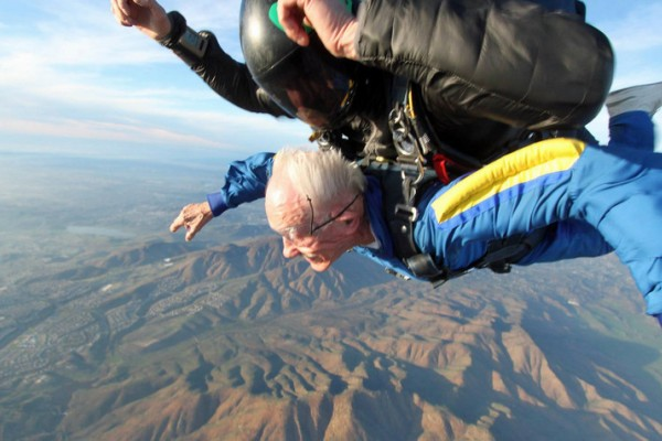 美国百岁老人四千米高空跳伞庆祝生日