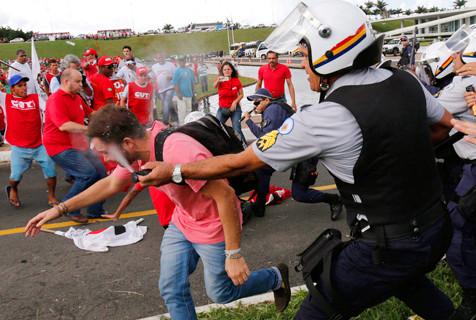 【2015·环球瞬间】警民冲突