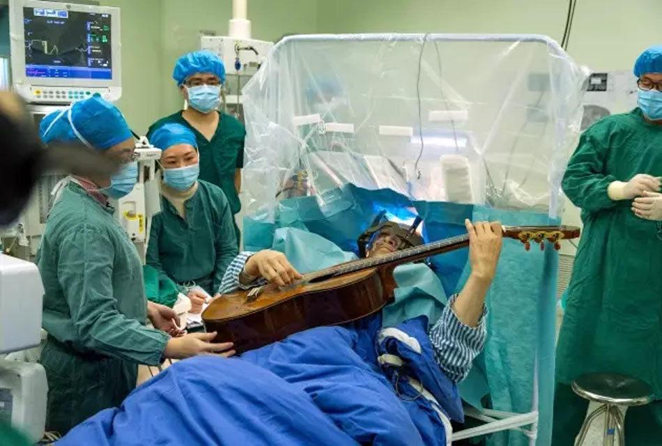 深圳患者一边做脑部神经手术 一边弹起吉他