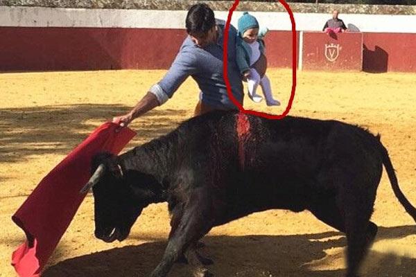 斗牛士抱着孩子斗牛
