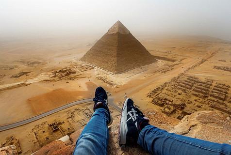 德小伙爬金字塔 146米高拍照令人眩晕