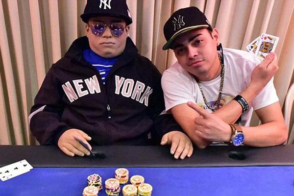 波多黎各男子将儿子尸体放扑克桌上为其举行葬礼