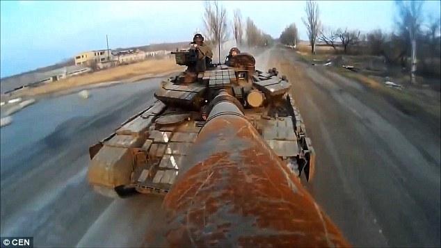 """真会玩!乌克兰士兵将坦克炮筒变成""""自拍杆"""""""