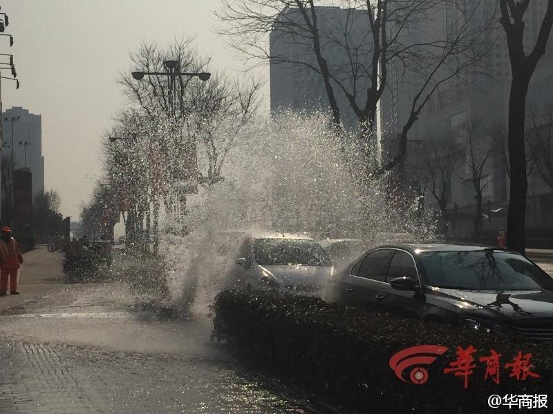 """西安马路一消防栓断裂变""""喷泉"""" 车辆排队洗车"""