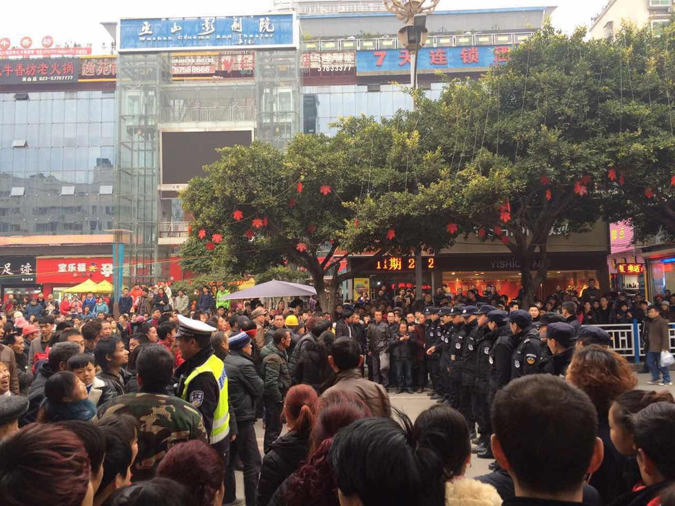 重庆数十民工拉横幅上街讨薪 大量市民围观
