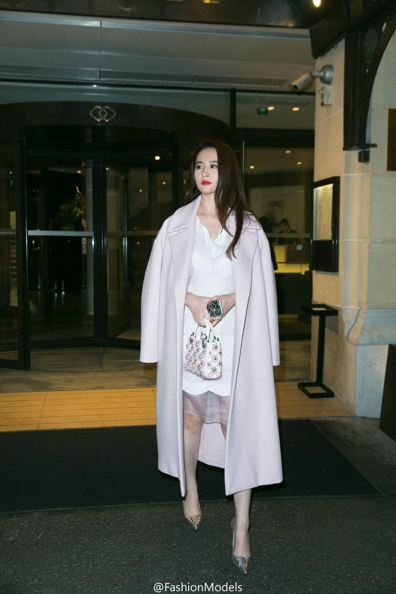 """刘亦菲穿薄纱白裙 又美又帅妥妥的""""天仙攻"""""""