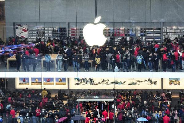 广州首家苹果店开业 冷雨不减果粉热情