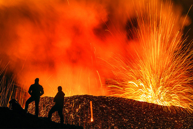 地狱门口:摄影师近距拍震撼火山喷发