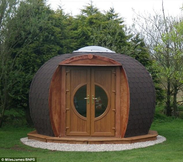 外国夫妻打造球型霍比特人之家