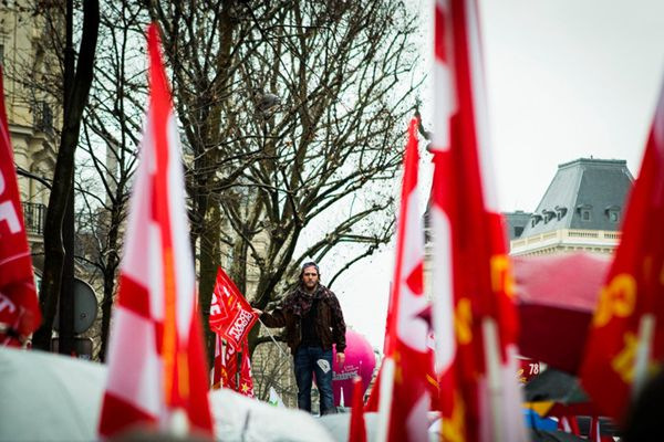 法国数千人巴黎游行抗议 政府计划延长紧急状态