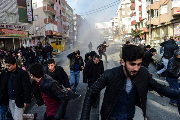 土耳其民众持续抗议宵禁 警方出动高压水枪