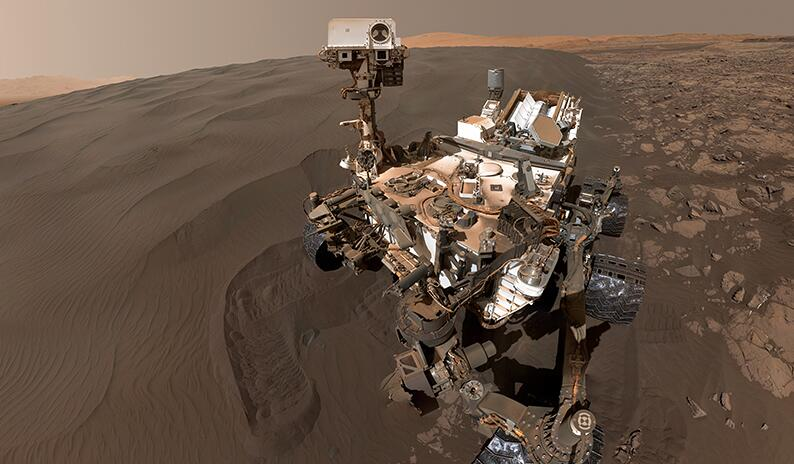 """""""好奇号""""火星车玩自拍!沙丘为伴略显孤单"""