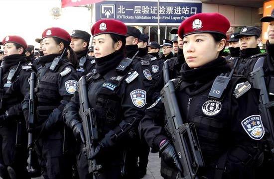 北京春运保障女特警武装亮相