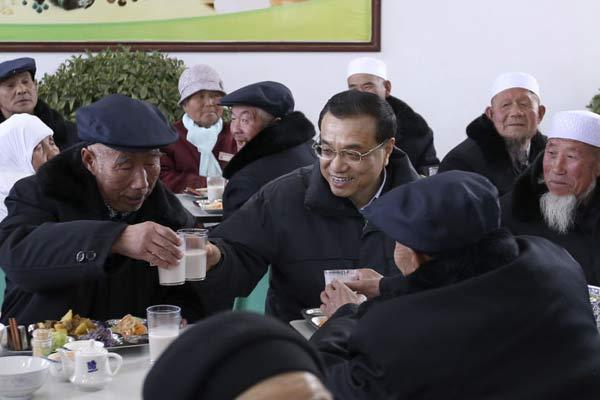 李克强与敬老院老人一起过小年吃饺子