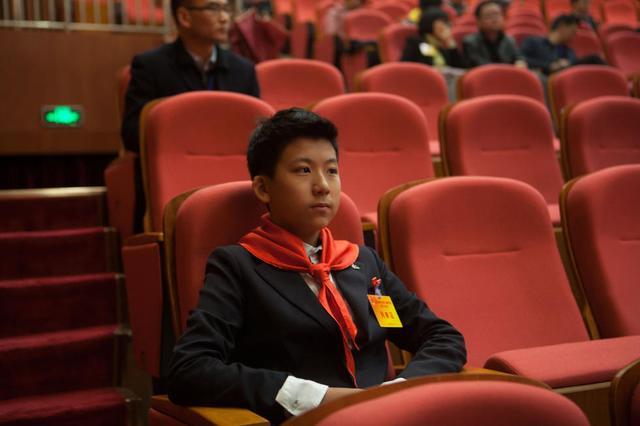 列席深圳两会初中生系小童星 和林妙可等人熟识