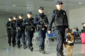 四川特警全副武装巡逻保平安