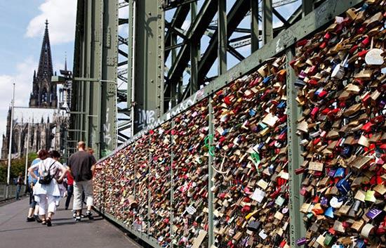 科隆爱情桥 挂着16万把锁