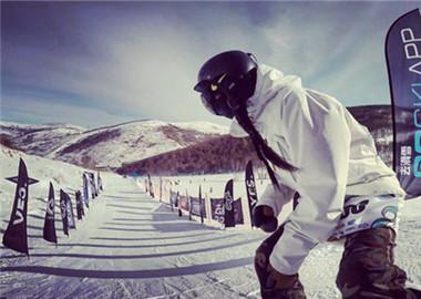 手持相机跟拍滑雪赛事
