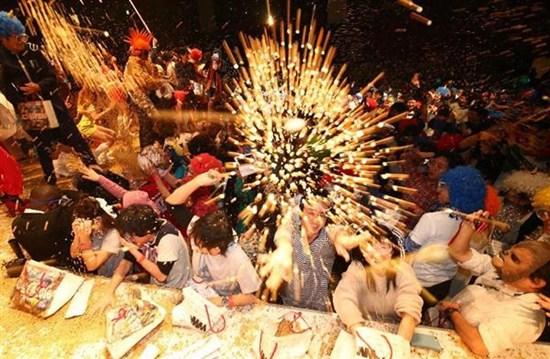 日本千余人扮鬼撒豆驱邪 场面激烈耗4吨豆