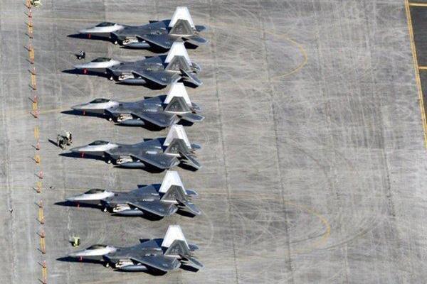 美军30多架F-22战机集结日本